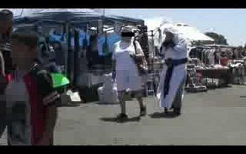 アサシンクリードのマネをして人々に警戒される動画
