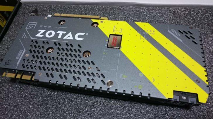 ビデオカードのバックプレート部分。カーボン素材の「Carbon ExoArmor」を搭載している。アスクの商品説明によれば、カーボンだと振動の軽減・耐久性に優れているらしい。