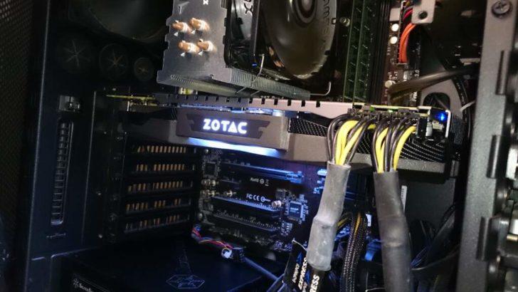動作中の「ZOTAC GeForce GTX 1070 AMP Edition」。LEDの色はオーバークロックツール「FireStorm」で変えられるが、めちゃくちゃどうでもいい。