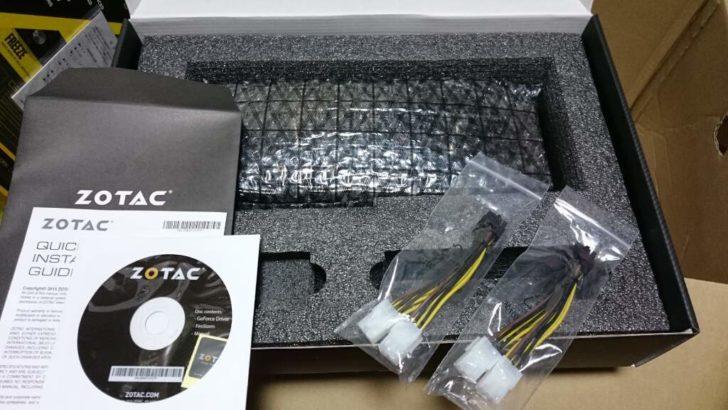黒い箱に入っていた物。ビデオカード以外に同梱されていたのは、「デュアル 6ピン to 8ピン電源ケーブル」が2個、そして「ドライバCD」と「ユーザーマニュアル」だ。
